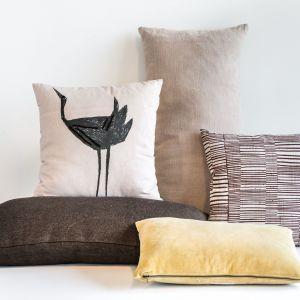 """Inspirowana kulturą japońską minimalistyczna poduszka Tsuru ozdobiona motywem żurawia. Z włókien bawełnianych, splecionych metodą """"cotton duck"""", miła w dotyku i wytrzymała. Fot. Urban Nature Culture / Dutchhouse"""