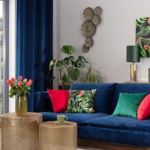 Dodatki do salonu (poszewki na poduszki obraz, wazon, stolik) dostępne w ofercie marki Dekoria. Fot. Dekoria
