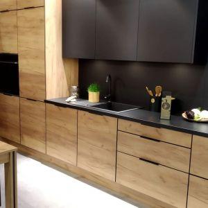 Czarne matowe fronty w kuchni.  Fot. KAM