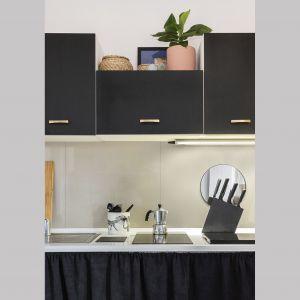 Czarne szafki kuchenne w modnym matowym odcieniu. Projekt Diana Żurek