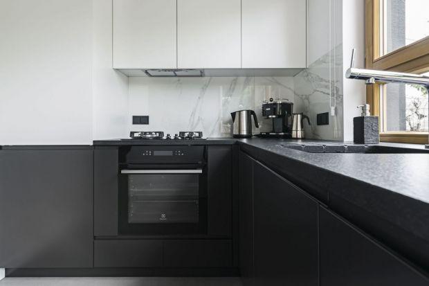 Choć najwięcej zwolenników mają ciągle białe meble kuchenne, te w czarnym kolorze są coraz częściej wybierane. My polecamy je zwłaszcza w modnym matowym odcieniu. Zobaczcie jak może wyglądać taka kuchnia.