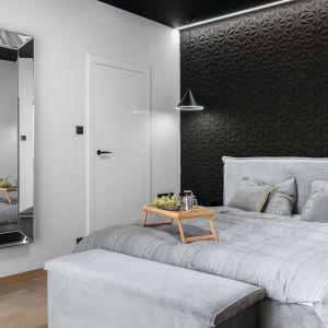 Pomysł na wykończenie ściany za łóżkiem w sypialni w ciemnym kolorze. Projekt: Estera i Robert Sosnowscy, Studio Projekt. Fot. Fotomohito