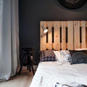 Pomysł na wykończenie ściany za łóżkiem w sypialni w ciemnym kolorze. Projekt: Marta i Michał Raca. Fot. Adam Ościłowski
