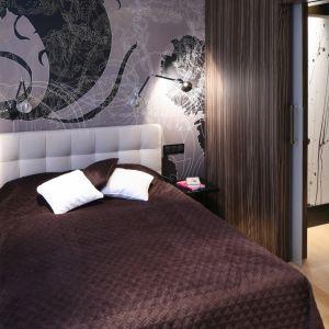 Pomysł na wykończenie ściany za łóżkiem w sypialni w ciemnym kolorze. Projekt: Katarzyna Żukowska. Fot. Bartosz Jarosz