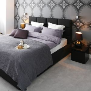Pomysł na wykończenie ściany za łóżkiem w sypialni w ciemnym kolorze. Projekt: Magdalena Smyk. Fot. Bartosz Jarosz