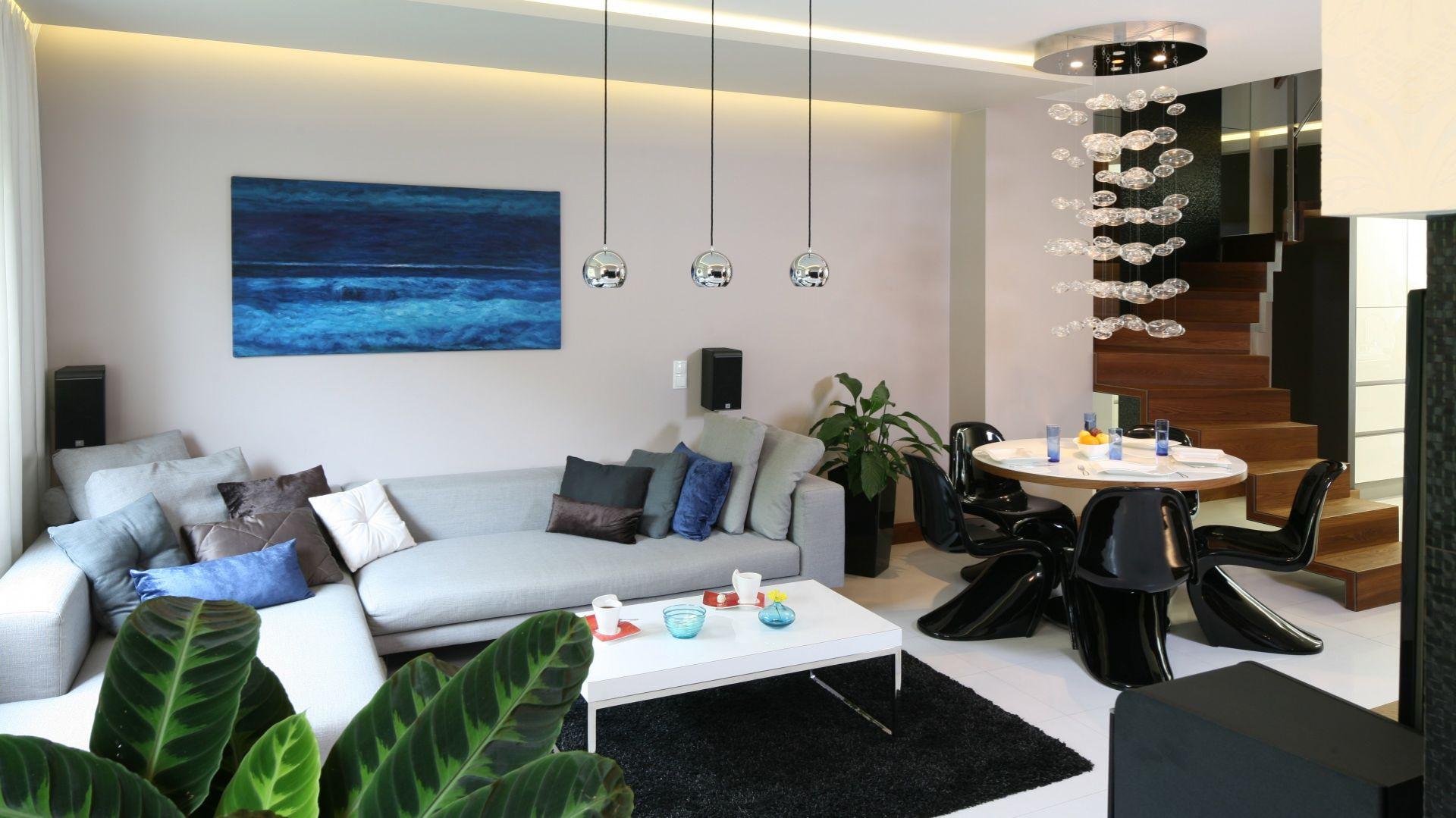 Szara sofa do salonu: propozycja numer 1. Projekt: Chantal Springer. Fot. Bartosz Jarosz