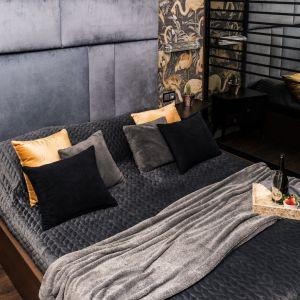 Pomysł na wykończenie ściany za łóżkiem w sypialni w ciemnym kolorze. Projekt: Donata Gadalska. Fot. Jacek Fabiszewski