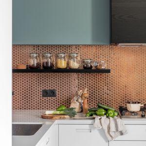Ściana nad blatem. Wybierz dekoracyjną mozaikę. Projekt Finchstudio