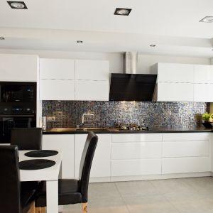 Ściana nad blatem. Wybierz dekoracyjną mozaikę. Projekt Studio MEBLE VENTE Max Kuchnie