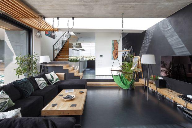 Otwarta przestrzeń, duże przeszklenia otwierające wnętrze na malowniczy widok - ten dom robi wrażenie. Zobaczcie projekt architekta Roberta Skitka z pracowni RS+.