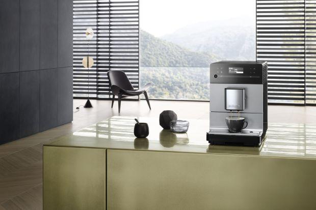 Czy lubisz poranne przebudzenia w ciszy wypełnionej subtelnym zapachem świeżej kawy? Kompaktowe wolnostojące ekspresy do kawy są teraz wyjątkowo ciche.
