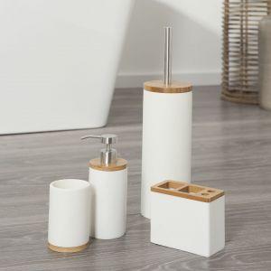 Dodatki do łazienki z naturalnym drewnem. Fot Sealskin/Coram