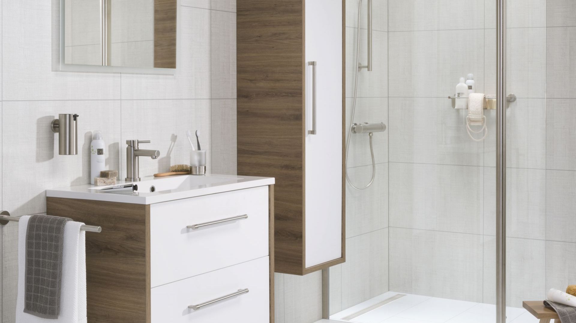 Meble łazienkowe wykonane z drewna są odporne na działanie wilgoci. Fot. Tiger/Coram
