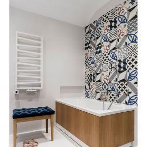 Jeśli obawiamy się o trwałość drewna w łazience, rozwiązaniem (tak jak w przypadku tej wanny) mogą być płytki drewnopodobne. Projekt Magdalena Bielicka, Maria Zrzelska-Pawlak, Pracownia Magma. Zdjęcia Fotomohito
