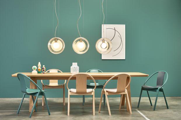 Wygięte elementy z litego drewna połączone zostały z wizualnie lekkim siedziskiem, wykonanym z precyzyjnie profilowanej sklejki. Takie są krzesła z kolekcji Grand Slam, zaprojektowane przez Alexa Guflera.