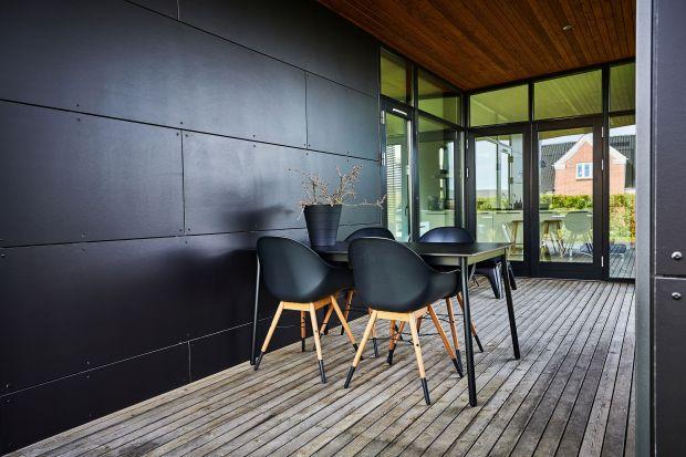 Płyty elewacyjne to doskonałe rozwiązaniem nie tylko dla domów. Sprawdzą się także jako wykończenie poddaszy, elementów okiennych czy balkonów. To materiał, który pozwala na tworzenie nieszablonowych rozwiązań architektonicznych.