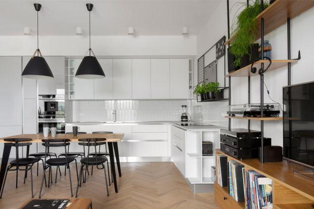 To mieszkanie urządzone jest prosto i wygodnie, ale też z charakterem i po męsku. Biel doskonale współgra z grantem, kolorem szarym i drewnem. Jest pięknie!<br /><br />