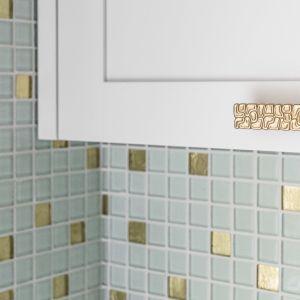 Ścianę nad blatem zdobi miętowa mozaika. Projekt Pracownia Magma. Fot. Fotomohito