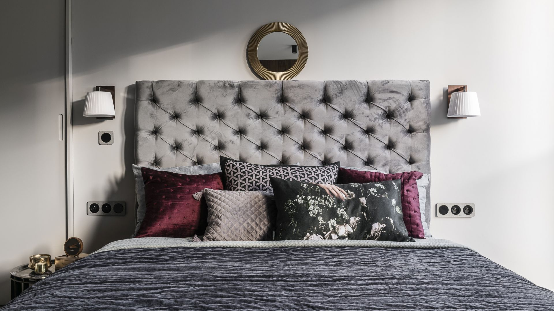 Tapicerowany zagłówek - klasyczny czy nowoczesny? 10 pomysłów na łóżko do sypialni. Projekt Magma. Fot. Fotomohito