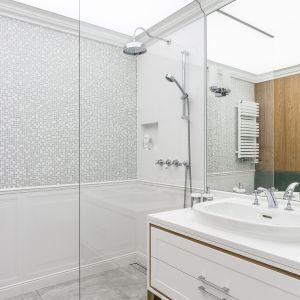 Nowoczesny prysznic doskonale wpisuje się w klasyczną stylistykę. Projekt Pracownia Magma. Fot. Fotomohito