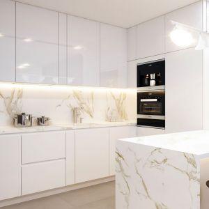 W kuchni zastosowano zabudowę meblową z białymi frontami na wysoki połysk. Projekt wnętrza: arch. Mirosław Butor, Beforeconcept