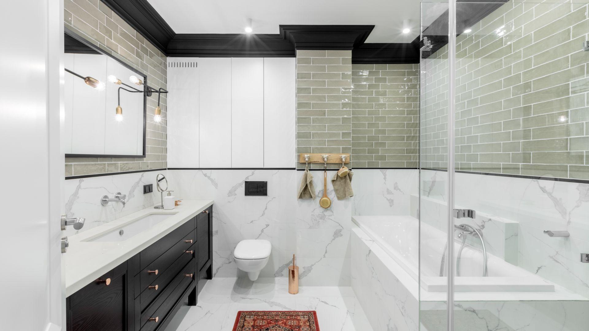 Dobrym rozwiązaniem w łazience może być wanna z parawanem nawannowym, która może też spełniać funkcję prysznica. Projekt Finchstudio. Fot. Aleksandra Dermont Ayuko Studio