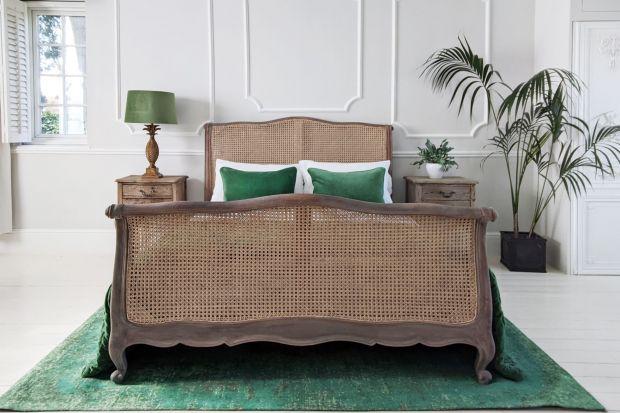 Lubisz styl boho, plecionki i naturalne materiały? Ten trend jest dla ciebie! Rattanowe meble, lampy, dodatki coraz bardziej wkraczają do naszych wnętrz. Zobacz jak pięknie mogą się prezentować w mieszkaniu.