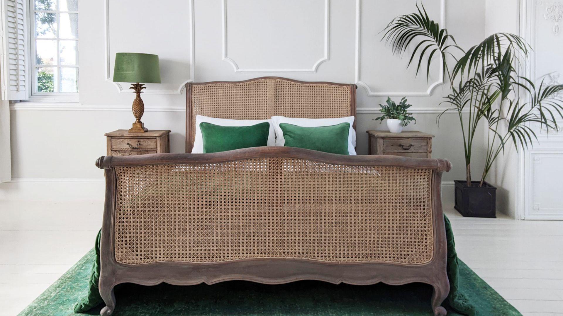 Rattanowe łóżko w klasycznym stylu. Fot. The French Bedroom Co