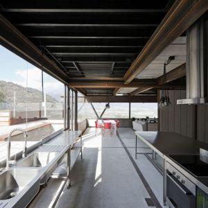 Caterpillar House, projekt Sebastián Irarrázaval. Dom w Chile zbudowany z wielu połączonych razem kontenerów morskich. Fot. Sergio Pirrone. Źródło: https://www.sebastianirarrazaval.net/