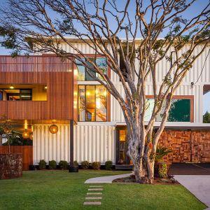 31 Shipping Container Home spod kreski ZieglerBuild - dom wybudowany z 31! kontenerów morskich. Lokalizacja domu: Australia.