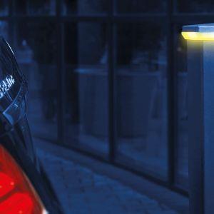 Wprowadź smart rozwiązania na własnej działce. Fot. Plast-Met Systemy Ogrodzeniowe lampa z czujnikiem zbliżeniowym