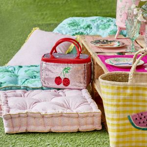 Tkaniny, plecionki, plastikowe naczynia - zestaw obowiązkowy na piknik. Fot. Rice