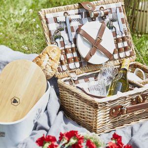 Na pikniku bez porządnego kosza piknikowego ani rusz! Fot. WestwingNow