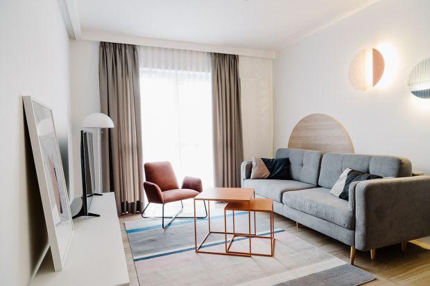62-metrowe apartamenty są dowodem na to, że mieszkania na wynajem mogą zaskakiwać oryginalnym wzornictwem, perfekcyjną funkcjonalnością oraz mistrzowską dbałością o detal. Architekci z pracowni Cechownia stworzyli wnętrza, które tuż po przek