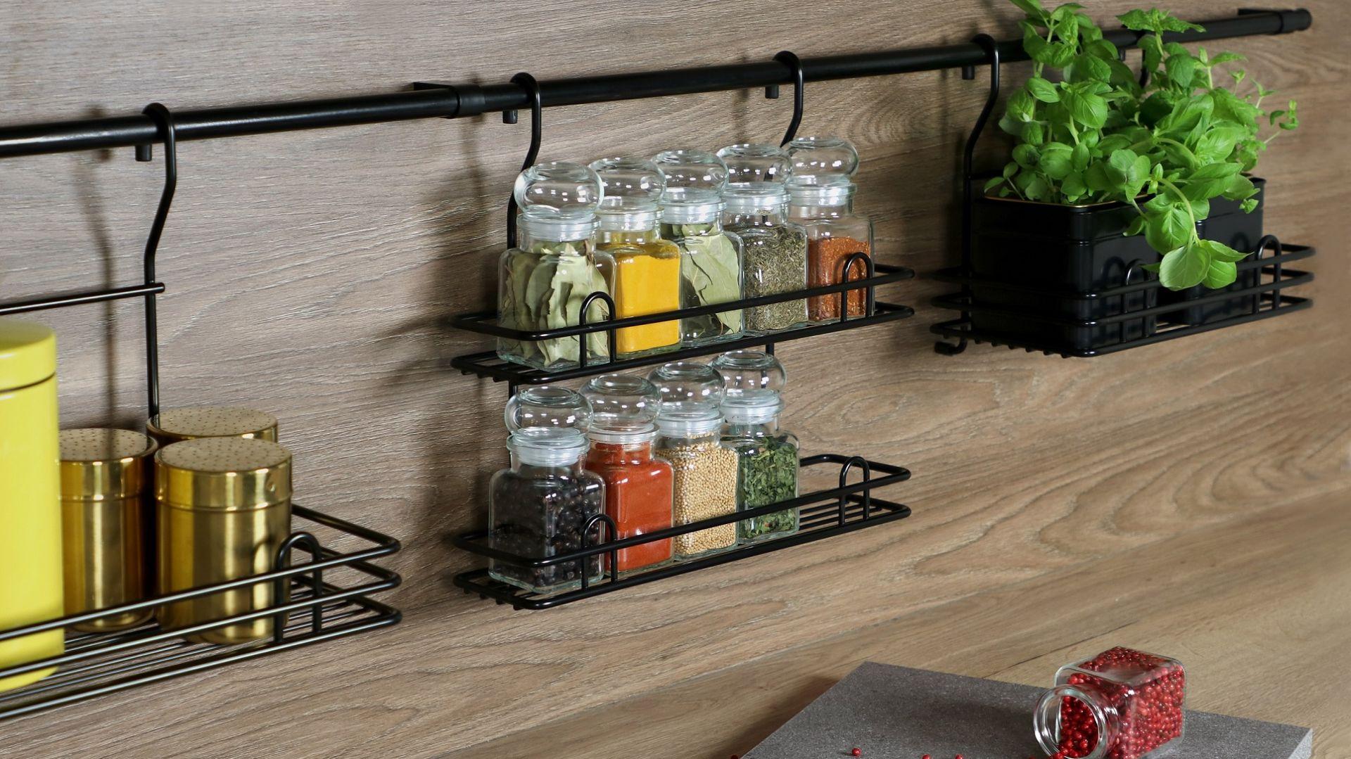 Montaż na ścianie nad blatem relingów sprawi, że najpotrzebniejsze w kuchni rzeczy zawsze będziemy mieć w zasięgu ręki. Fot. Rejs