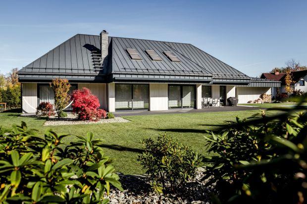 O charakterze, stylu i usytuowaniu budynku bardzo często decyduje kształt i lokalizacja działki. Tak też było w przypadku tego domu. Piękny krajobraz z widokiem na góry oraz kształt parceli miały decydujący wpływ na ostateczny wygląd i posadow