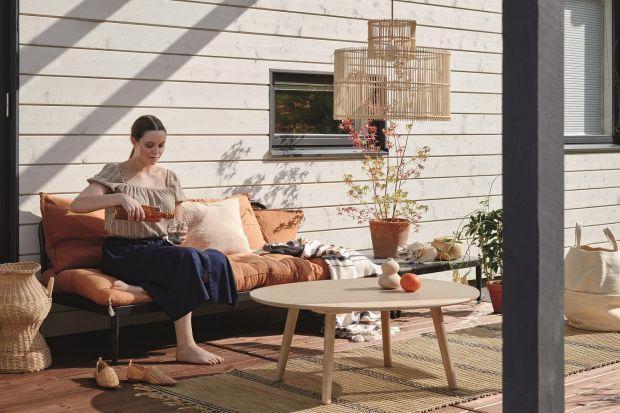 Drewniane meble pięknie zaprezentują się na tarasie, balkonie oraz w ogrodzie. Pamiętajmy jednak, że drewniane elementy trzeba odpowiednio zabezpieczyćprzed działanie deszczu czy słońca.