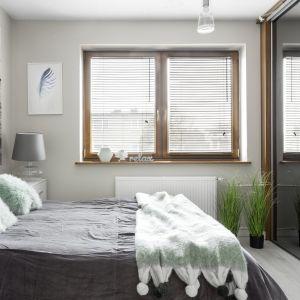 Wystrój sypialni nawiązuje do tapety nad łóżkiem. Projekt: Katarzyna Maciejewska. Zdjęcia: Dekorialove
