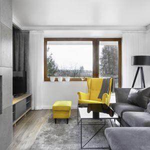 """Żółty fotel typu """"uszak"""" to kolorowy akcent, który ożywia wnętrze. Projekt: Katarzyna Maciejewska. Zdjęcia: Dekorialove"""