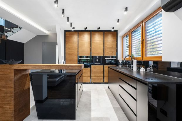 Wysoka zabudowa, fornirowane drewno w pięknym odcieniu, modna matowa czerń, nowoczesny układ - w tej kuchni jest wszystko, co trzeba! Zobaczcie jeden z projektów nagrodzonych w naszym redakcyjnym konkursie Kuchnia - Studio Roku 2020.