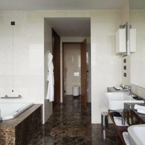 Aranżacja łazienki z marmurem Emperador Dark