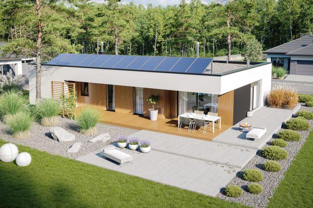 Nowoczesny dom z płaskim dachem o metrażu 114 metrów to propozycja dla zwolenników minimalizmu i szerokich przeszkleń. Częściowo zadaszony taras jest świetny!