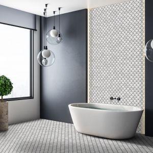 Rybia łuska na ścianie łazienki - świetnie wygląda zwłaszcza w połączeniu z czernią. Fot. Raw Decor