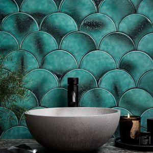 Turkus to naturalny wybór na ścianę łazienki. Fot. Otto Tiles