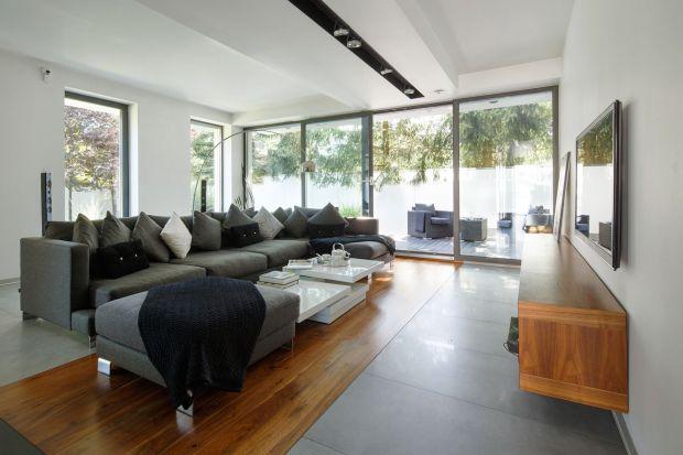 Jak zaprojektować dom-bliźniak unikając jego symetrii? Zobaczcie jak z tym zadaniem uporał się architekt Robert Skitek z pracowni RS+. Także wnętrza są świetne!