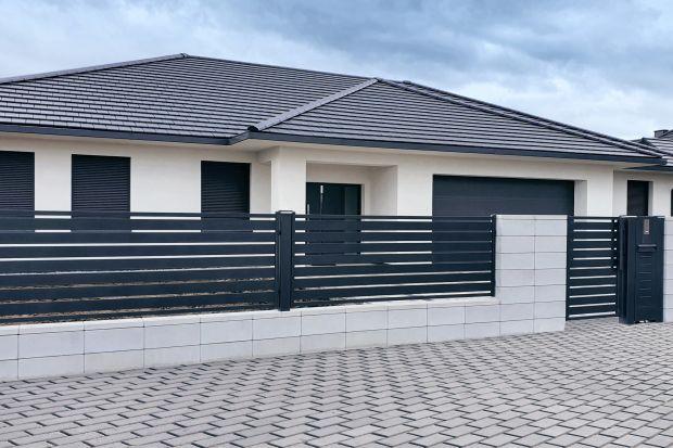 Nowoczesna architektura lubi proste formy i oszczędność wyrazu. Tego typu budynki potrzebują jednak odpowiedniej oprawy - ogrodzenia, które wkomponuje się w ich stylistykę, podkreśli układ elewacji i nie przytłoczy nadmierną ozdobnością.