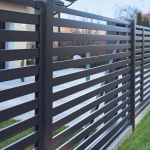 Nowoczesne ogrodzenie - piękno tkwi w prostocie. Fot. Plast-Met Systemy Ogrodzeniowe