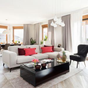 Stonowana elegancja plus praktyczne rozwiązania. W tym salonie jasne płytki na podłodze to funkcjonalność ubrana w ładną formę. Projekt Katarzyna Maciejewska. Fot. Dekorialove