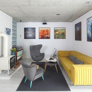 Vintage w nowoczesnej oprawie. Płytki podkreślają użytkowy charakter salonu. Projekt właściciele. Fot. Bartosz Jarosz.