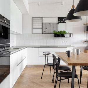 Czarne wiszące lampy w loftowym stylu. Projekt: Marta Kodrzycka, Marta Wróbel, Grupa Malaga. Fot. Magdalena Łojewska